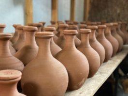 Subsecretario Pinochet destaca innovador sistema de riego sustentable con vasijas de greda