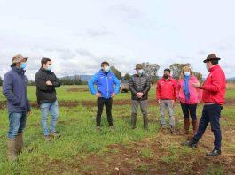 Subsecretario Pinochet entregó bonos de riego de pequeña agricultura para aumentar la eficiencia del agua en La Araucanía